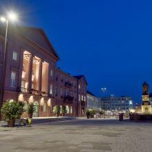 Marktplatz Karlsruhe - Links im Bild ist das Rathaus mit dem Haupteingang zu sehen